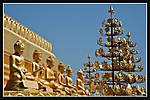 Buddhastatuerow.jpg