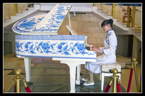 Porcelain piano player 1